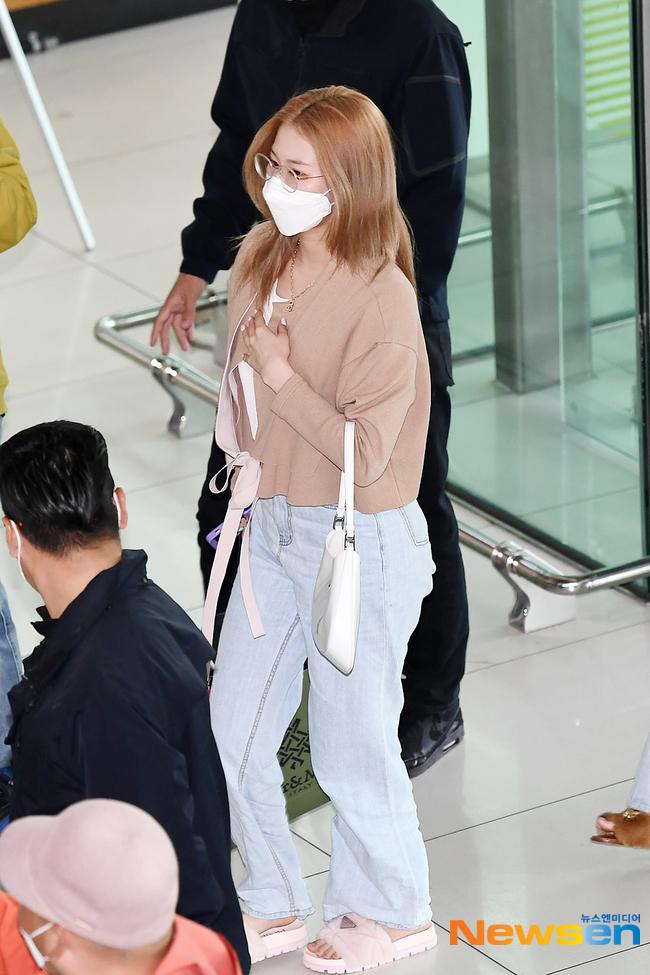 4 nàng visual của Twice nổi bần bật khi diện toàn đồ hiệu xịn, nhưng đôi dép lông bô nhếch mới chiếm spotlight - ảnh 12
