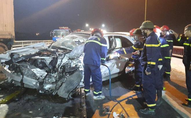 Xe Mercedes GLC bẹp rúm, tài xế 8X tử vong sau vụ tai nạn liên hoàn - ảnh 1
