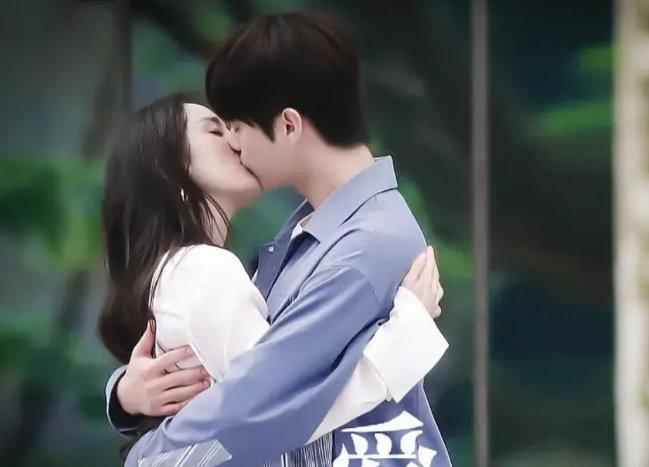 """Dương Mịch công khai hôn """"tình trẻ"""" khiến cả Weibo sốt xình xịch 002"""