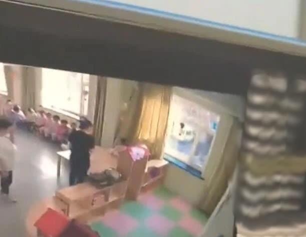 Cha mẹ bật camera vào giờ ăn trưa, phát hiện hành động tội ác rùng mình 001