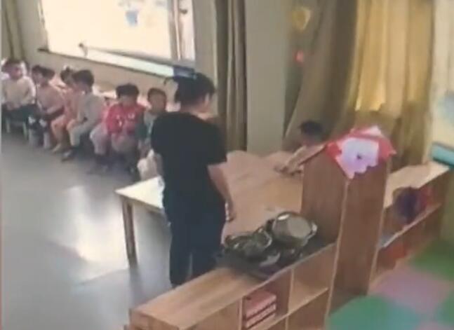 Cha mẹ bật camera vào giờ ăn trưa, phát hiện hành động tội ác rùng mình 002