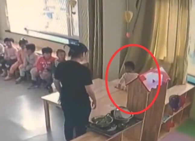 Cha mẹ bật camera vào giờ ăn trưa, phát hiện hành động tội ác rùng mình 003