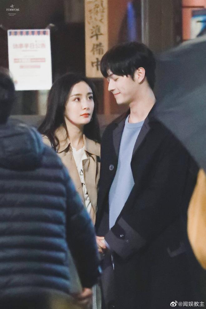 """Dương Mịch công khai hôn """"tình trẻ"""" khiến cả Weibo sốt xình xịch 007"""