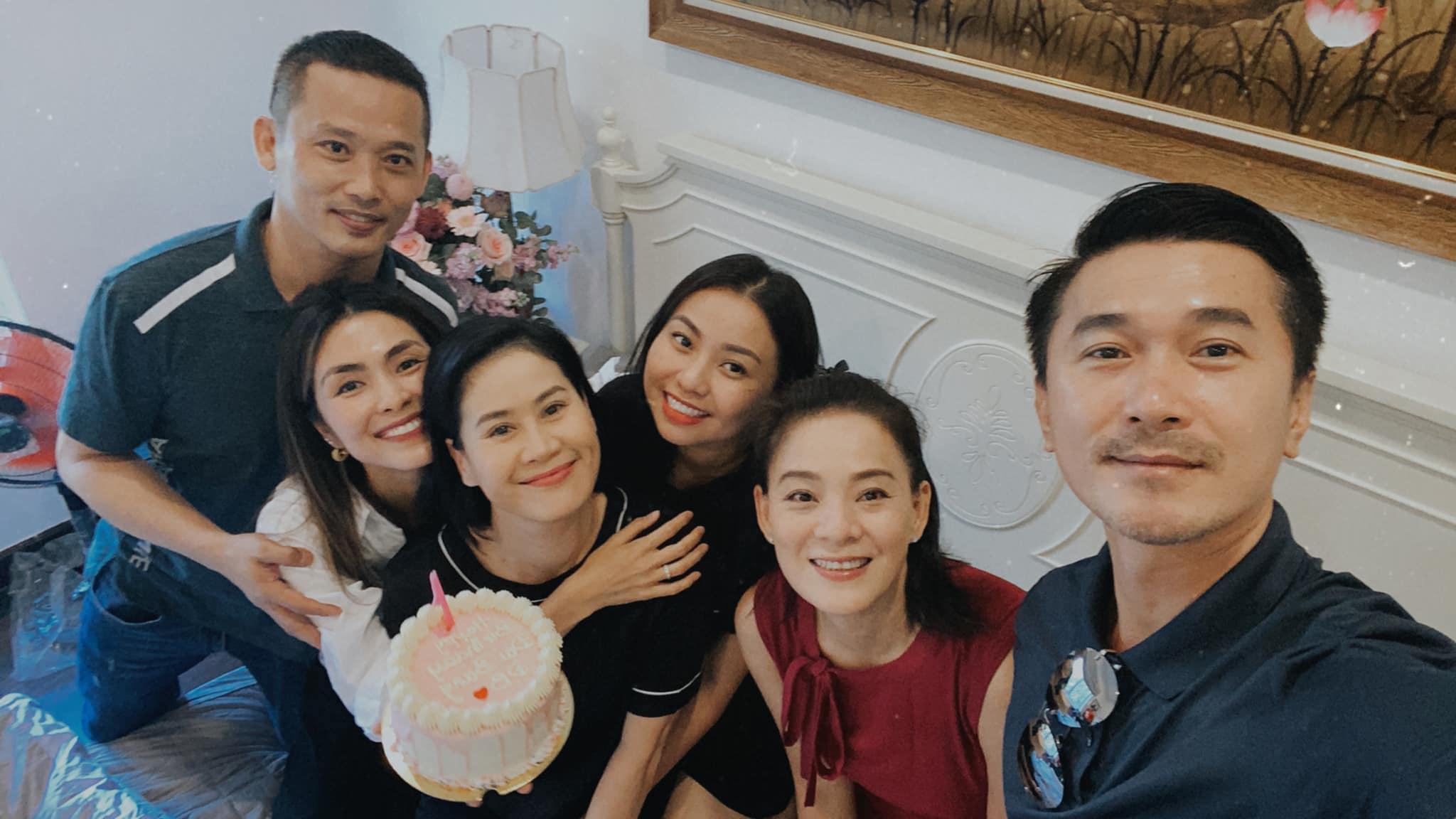 Hà Tăng cùng hội bạn thân tổ chức sinh nhật cho Thân Thúy Hà, không quên hờn dỗi đàn chị gắn bó hơn chục năm vì chuyện này?  Ảnh 3.