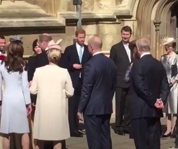 """Dân mạng """"đào mộ"""" khoảnh khắc Harry bối rối, liên tục lảng tránh vợ chồng anh trai khi đụng mặt 003"""