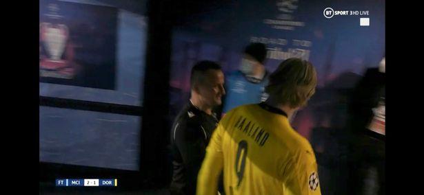 Trọng tài bị chỉ trích trẻ con sau khi nhờ Erling Haaland ký tặng vào... thẻ vàng - ảnh 1
