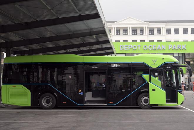 Ảnh: VinBus chính thức khai trương, đưa vào vận hành tuyến xe buýt điện thông minh đầu tiên của Việt Nam - ảnh 1