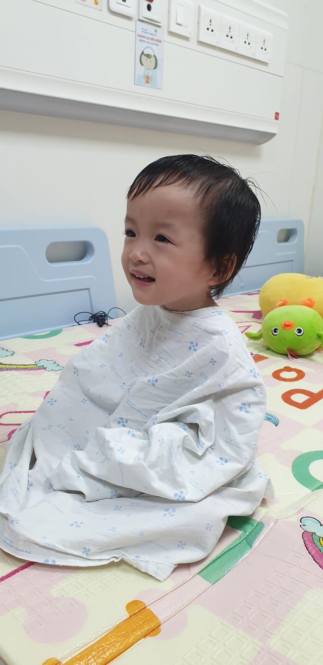 Bé Diệu Nhi được phẫu thuật hoàn chỉnh đường tiêu hóa, chị gái Trúc Nhi đi cùng để cổ vũ cực dễ thương - ảnh 1