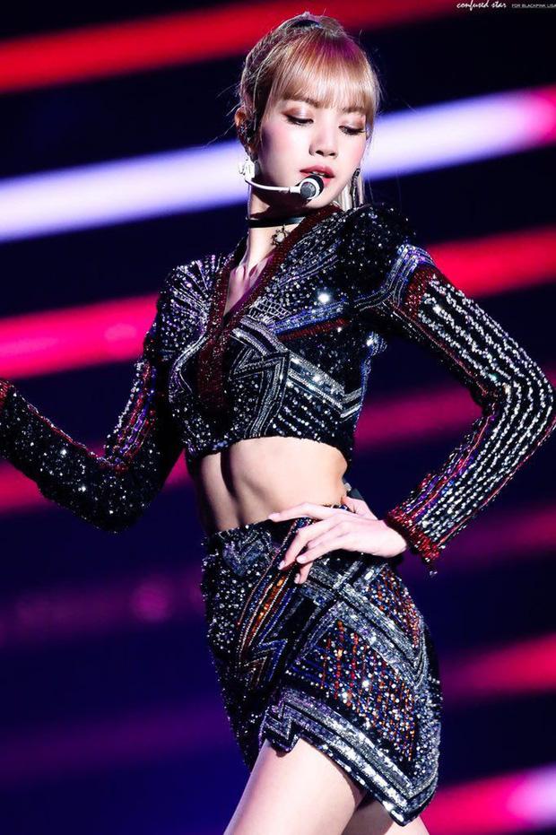 Lisa thị phạm cách uốn dẻo cho học trò nhưng netizen chỉ dán mắt vào cơ bụng số 11 - ảnh 4
