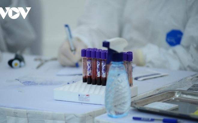 Hà Tĩnh xét nghiệm toàn bộ nhân viên y tế, người bệnh tại các cơ sở khám chữa bệnh - ảnh 1