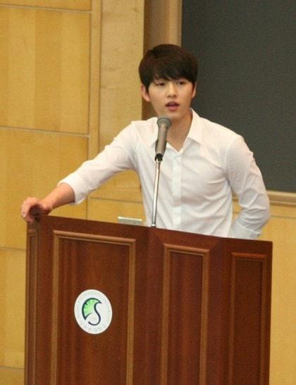 Bài đăng của Song Joong Ki thời đại học bỗng bị đào lại, ai ngờ học trưởng đẹp trai huyền thoại hồi đó khác hẳn bây giờ - ảnh 1
