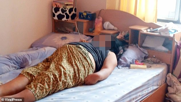 Kinh hãi phát hiện vợ nằm trên giường đột tử, người chồng khóc ngất khi biết thủ phạm chính là món quà mình vừa tặng 2 hôm trước - ảnh 1