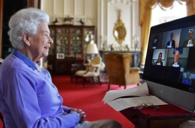 Mặc Meghan Markle giở chiêu trò, Nữ hoàng Anh và Công nương Kate cùng nhau xuất hiện đã chiếm trọn spotlight - ảnh 1