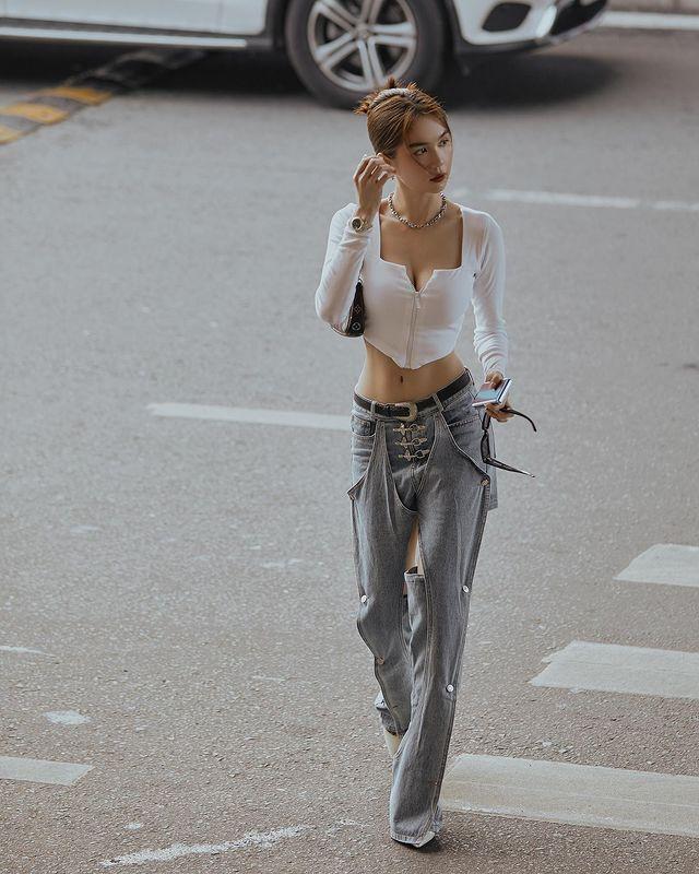 Vừa diện quần jeans 140 triệu, Ngọc Trinh đã vội quay xe với kiểu quần độc dị, soi giá lại rẻ giật mình - ảnh 8