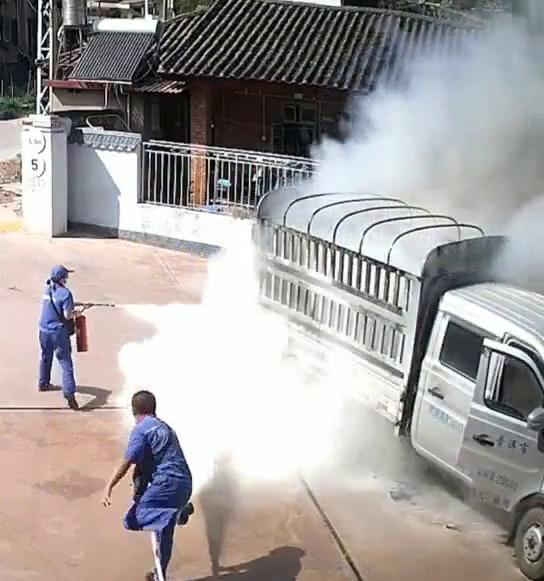Xe chở hàng bốc cháy ngùn ngụt lao thẳng vào trạm xăng bên đường, cảnh tượng tiếp theo khiến dân tình nín thở - ảnh 2