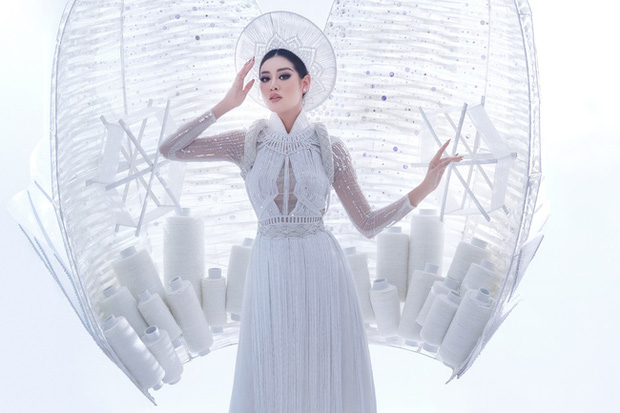 Khánh Vân bất ngờ gặp sự cố khi đang trình diễn Quốc phục ở với Miss Universe, pha xử lý đỉnh cao khiến ai cũng nức nở tự hào - ảnh 4
