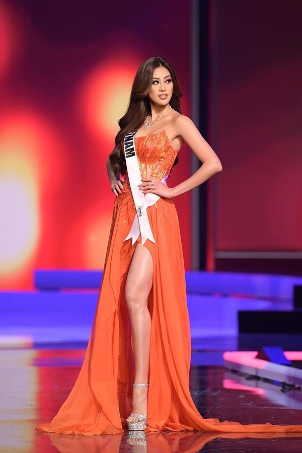 Khánh Vân trên đất Mỹ có biết: Hội chị em Hoa hậu quy tụ từ 6h sáng để cổ vũ, không khí náo nhiệt như đang ở tại sân khấu - ảnh 1