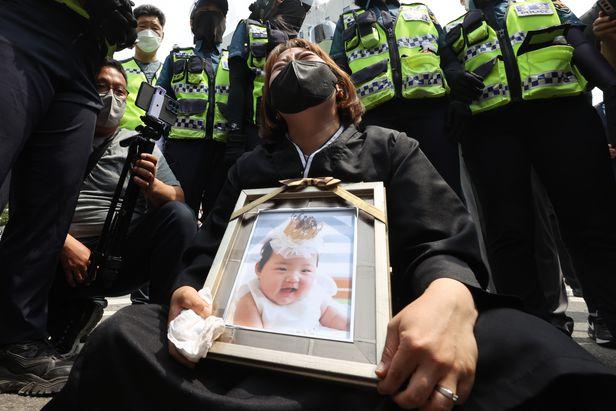 Vụ bé gái 16 tháng tuổi bị bạo hành đến chết: Mẹ nuôi khóc nức nở nhận án chung thân, gã chồng nói lời cuối khiến cả phiên toà giận dữ - Ảnh 4.