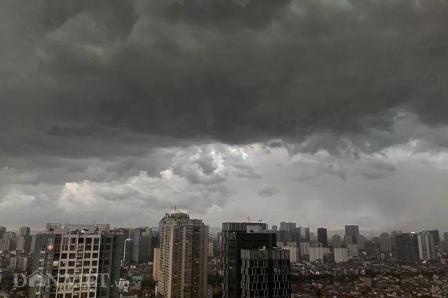 Cảnh báo mưa dông trên diện rộng kèm lốc, sét và gió giật mạnh tại khu vực Hà Nội - ảnh 1