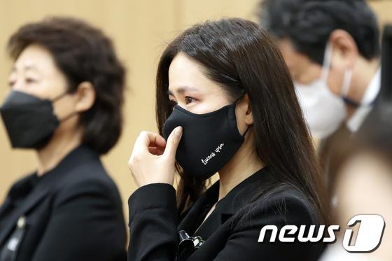 Tang lễ khiến cả Kbiz chết lặng: Son Ye Jin khóc sưng đỏ mắt, Lee Byung Hun cùng dàn sao quyền lực đau buồn tiễn biệt - Ảnh 3.