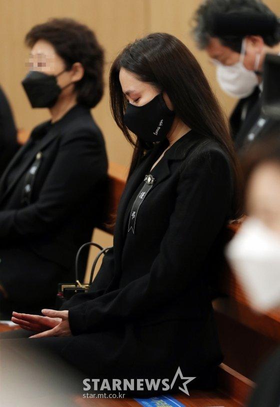 Tang lễ khiến cả Kbiz chết lặng: Son Ye Jin khóc sưng đỏ mắt, Lee Byung Hun cùng dàn sao quyền lực đau buồn tiễn biệt - Ảnh 4.