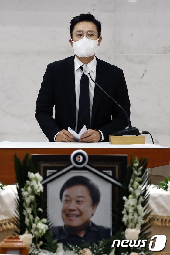 Tang lễ khiến cả Kbiz chết lặng: Son Ye Jin khóc sưng đỏ mắt, Lee Byung Hun cùng dàn sao quyền lực đau buồn tiễn biệt - Ảnh 7.