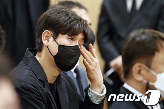 Tang lễ khiến cả Kbiz chết lặng: Son Ye Jin khóc sưng đỏ mắt, Lee Byung Hun cùng dàn sao quyền lực đau buồn tiễn biệt - Ảnh 14.