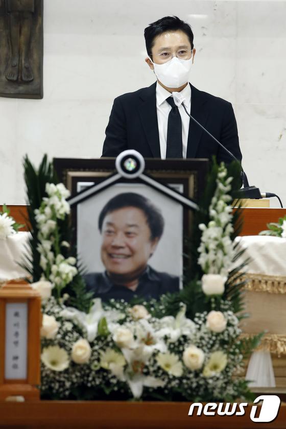 Tang lễ khiến cả Kbiz chết lặng: Son Ye Jin khóc sưng đỏ mắt, Lee Byung Hun cùng dàn sao quyền lực đau buồn tiễn biệt - Ảnh 8.