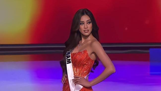"""Sự trùng hợp bất ngờ giữa đầm dạ hội của Khánh Vân ở Miss Universe Việt và Thế giới, """"điềm báo"""" đăng quang là đây? - Ảnh 7."""