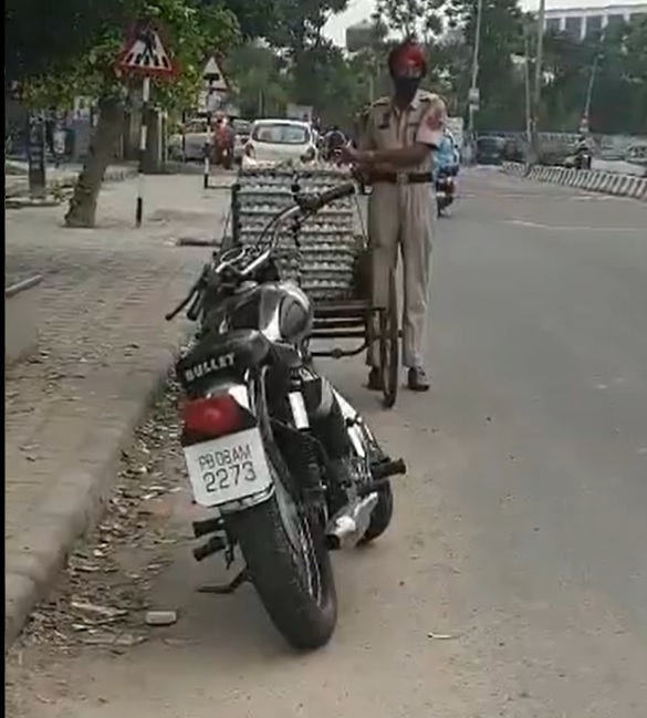 Clip: Cảnh sát trưởng Ấn Độ ăn trộm trứng gà giữa phố - ảnh 1