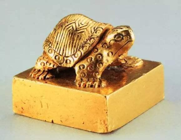 Đi đánh cá tìm được ấn vàng 700 tỷ, người ngư dân đồng ý giao nộp với giá hơn 1 triệu đồng - Ảnh 2.
