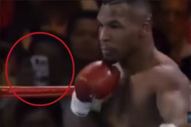 Trận đấu của Mike Tyson bất ngờ bị đào lại sau 25 năm, sự chú ý đổ dồn vào vật giống hệt smartphone trên tay một khán giả - ảnh 1