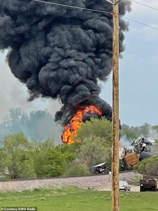 Tai nạn kinh hoàng: Cầu sập khiến tàu hoả trật đường ray rồi phát nổ dữ dội làm hơn 30 toa tàu chết đứng, khẩn cấp sơ tán 3000 cư dân - ảnh 2