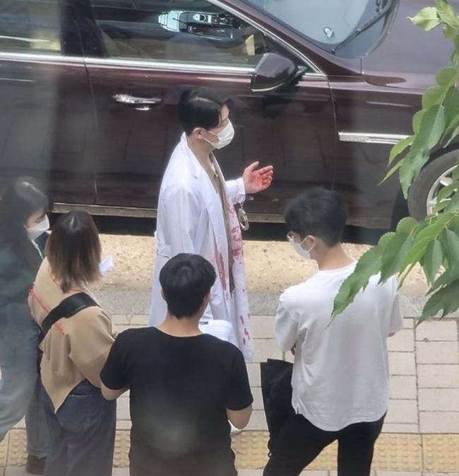 Ju Dan Tae mặc áo blouse dính máu trong Penthouse 3, dượng lại vừa xiên ai nữa rồi? - ảnh 1