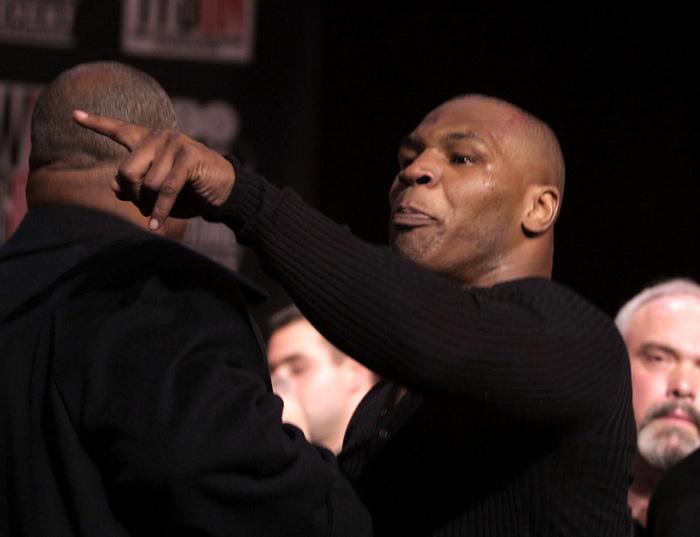 Câu chuyện đằng sau giây phút Mike Tyson bỗng hóa điên, cắn tím đùi nhà vô địch thế giới - Ảnh 2.