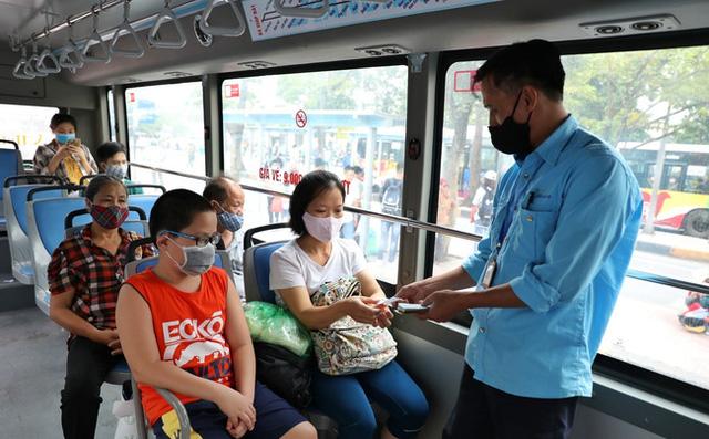 Đề nghị ưu tiên tiêm vaccine Covid-19 cho nhân viên xe buýt Hà Nội - ảnh 1