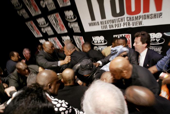 Câu chuyện đằng sau giây phút Mike Tyson bỗng hóa điên, cắn tím đùi nhà vô địch thế giới - Ảnh 4.
