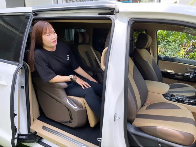 Nữ hoàng nội y Ngọc Trinh mua Kia Sedona Signature giá hơn 1,2 tỷ đồng tặng trợ lý Thúy Kiều - ảnh 3