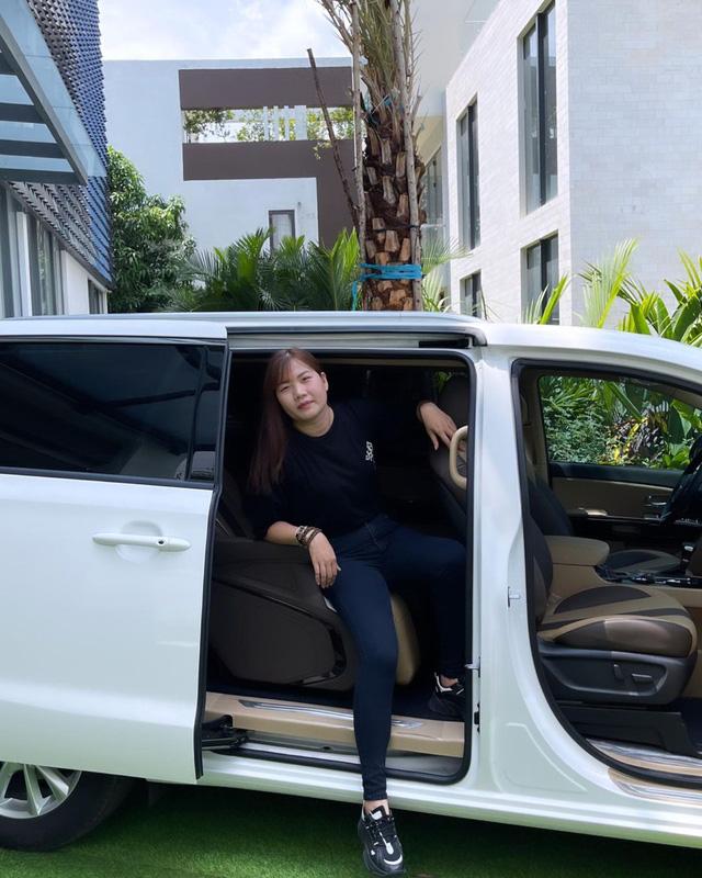 Nữ hoàng nội y Ngọc Trinh mua Kia Sedona Signature giá hơn 1,2 tỷ đồng tặng trợ lý Thúy Kiều - ảnh 4