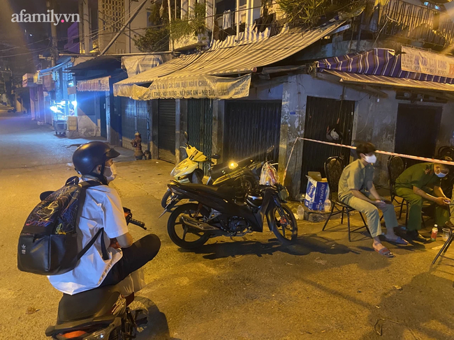 TP.HCM: Đi làm về khuya thấy khu mình ở bị phong tỏa vì COVID-19, sinh viên hốt hoảng định gom đồ bỏ về quê - Ảnh 2.