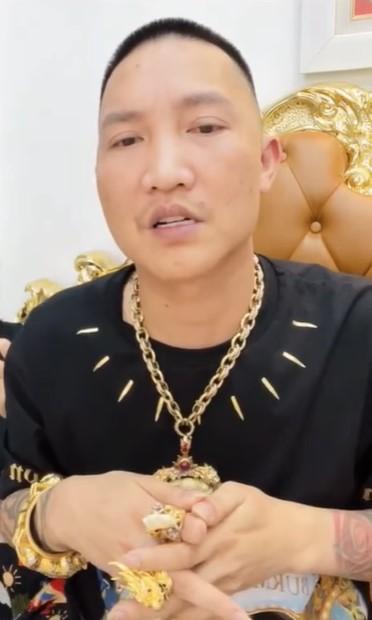 Livestream chỉ trích phát ngôn từ thiện của Trấn Thành, Huấn Hoa Hồng khiến  nhiều người lắc đầu ngao ngán vì ngôn từ tục tĩu