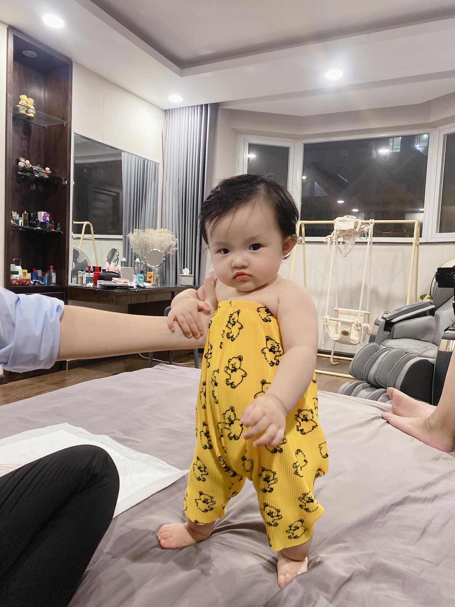 Đông Nhi lại đem con gái ra thử nghiệm thời trang kiểu chùm quần làm jumpsuit, dân tình một lòng: Ông Cao Thắng phiên bản nữ đây rồi! - Ảnh 3.
