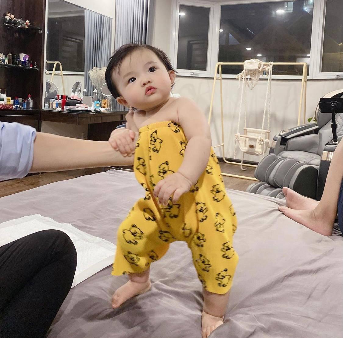 Đông Nhi lại đem con gái ra thử nghiệm thời trang kiểu chùm quần làm jumpsuit, dân tình một lòng: Ông Cao Thắng phiên bản nữ đây rồi! - Ảnh 4.