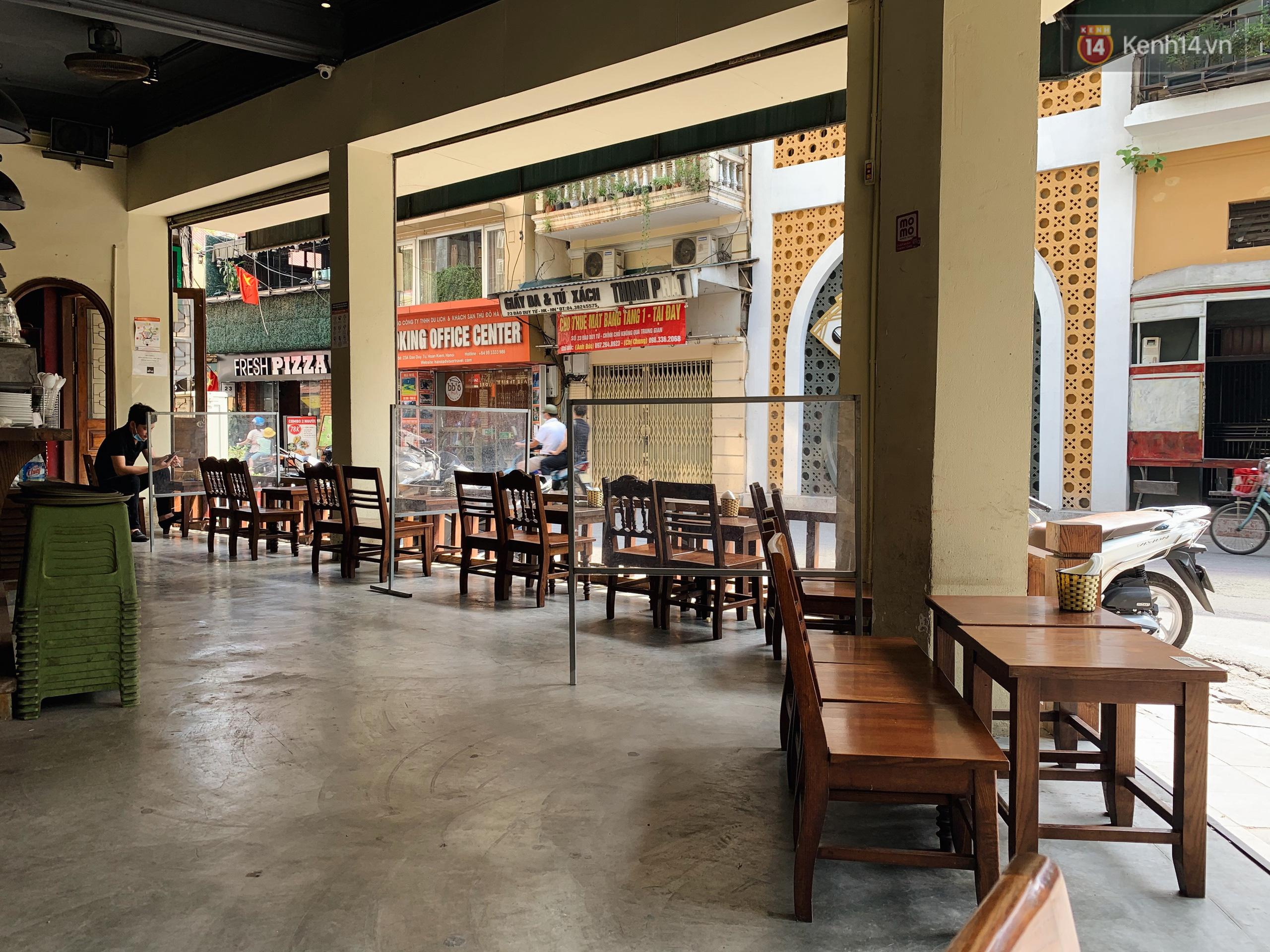 Phố xá Hà Nội ngày đầu toàn dân đi làm trở lại: Lác đác hàng ăn sáng mở cửa, cà phê hiếm bóng người - Ảnh 10.