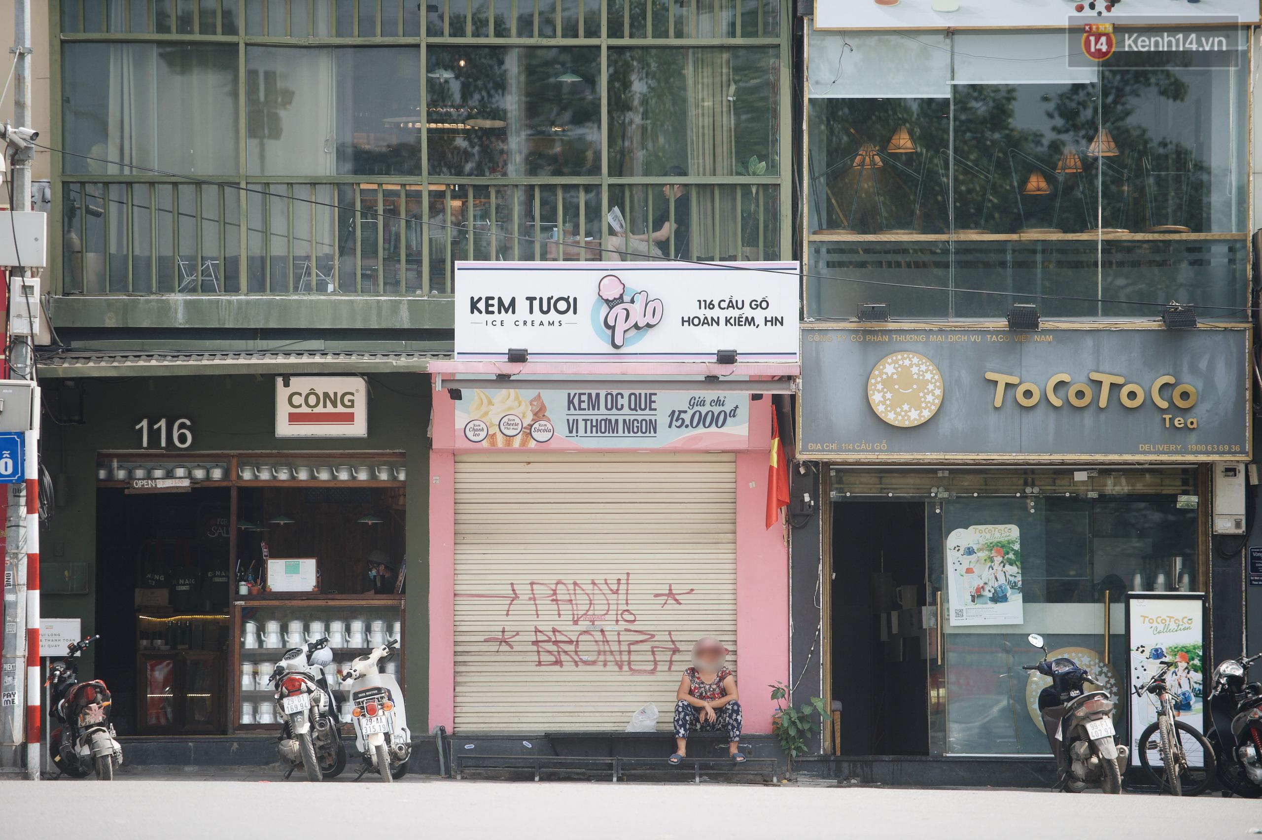 Phố xá Hà Nội ngày đầu toàn dân đi làm trở lại: Lác đác hàng ăn sáng mở cửa, cà phê hiếm bóng người - Ảnh 5.