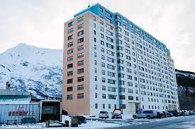 Cô gái bóc phốt quê hương: Thị trấn 300 người sống chung trong 1 tòa nhà, không kiếm nổi người yêu vì toàn... bạn thân từ bé - ảnh 5