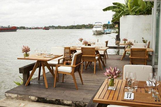 Bị tố gây khó dễ và phân biệt đối xử với khách Việt, nhà hàng ven sông nổi tiếng Sài Gòn nói gì? - Ảnh 2.