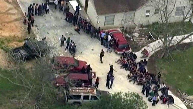 Tìm 3 mẹ con mất tích, cảnh sát kinh hoàng phát hiện hơn 100 người chỉ mặc đồ lót ở cùng họ trong ngôi nhà tồi tàn - ảnh 3
