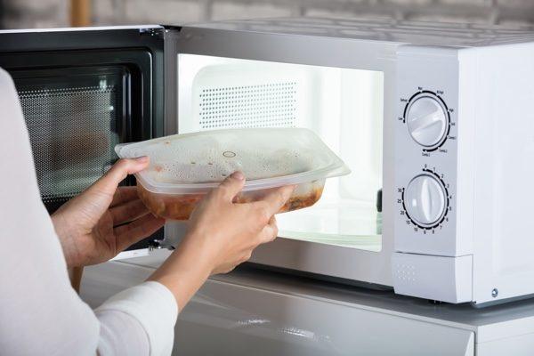 Chuyên gia chỉ ra 2 dụng cụ nhà bếp và 2 thực phẩm tuyệt đối không nên cho vào lò vi sóng kẻo phát sinh độc tố, thậm chí phát nổ - ảnh 1