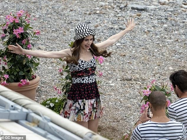 Ảnh hậu trường mới gây sốc của Lily Collins (Emily in Paris): Gầy đáng báo động, nhìn đến xương ngực mà hoảng hốt - ảnh 6